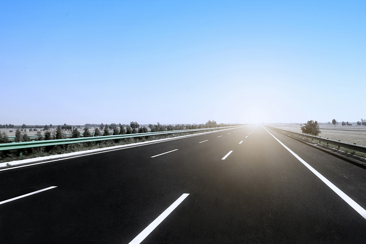 Highway-With-Sun-On-Horizon-For-Long-Distance-Towing-Trip